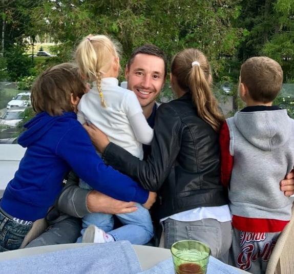 В свободное от работы время Илья прилежный отец четверых детей