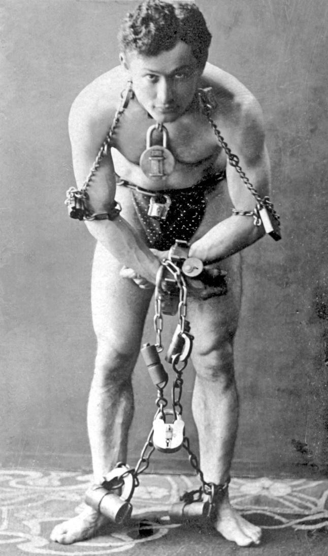 Гарри мог складываться пополам, значительно увеличивать или уменьшать объем мышц и даже смещать кости в суставах – так он выполнял самые сложные трюки