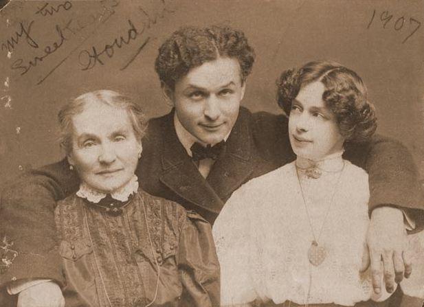 С любимыми женщинами: матерью Сесилией и супругой Бесс
