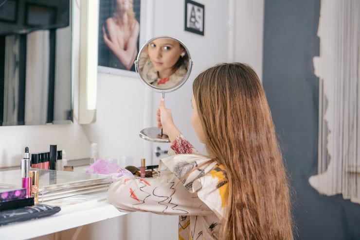 В детском макияже допустима минеральная пудра с легкой текстурой, которая наносится тончайшим слоем, словно вуаль