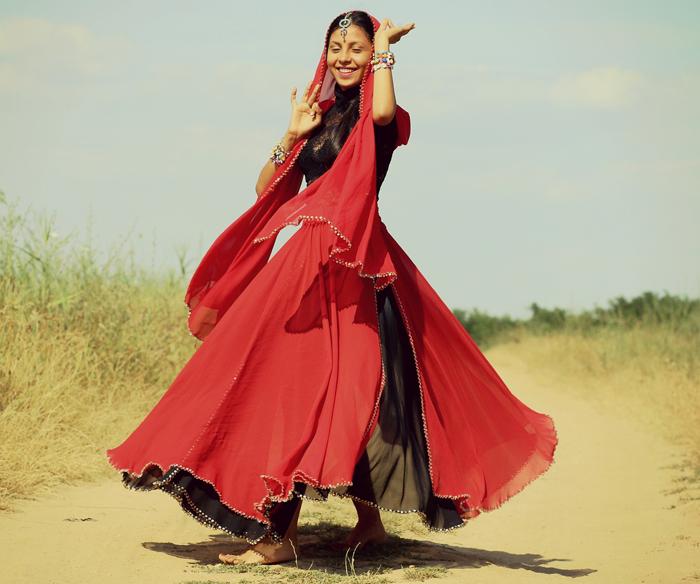 67fd83a699e По одной из версий слово «сарафан» происходит от названия традиционной  индийской одежды сари