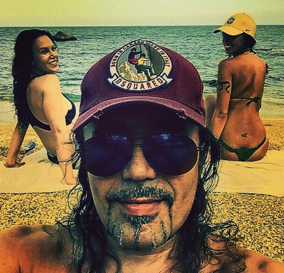 Богдан любит отдыхать на островах. Там его всегда окружают эффектные девушки. Однако музыкант по-прежнему холостяк