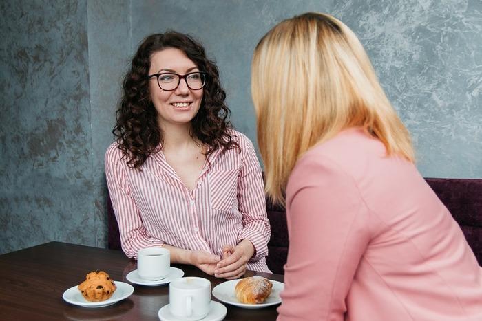 пригласите подругу в кафе, она с удовольствием выслушает все новости за неделю