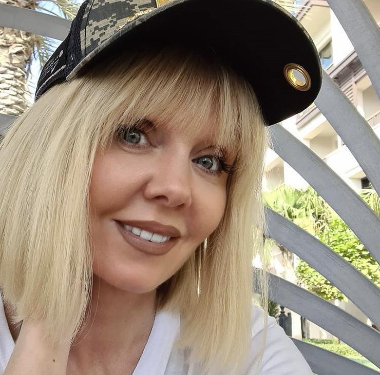 Шляпка для дамы: учимся у звезд, как носить головные уборы