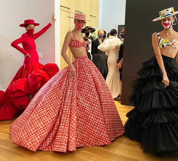 Chanel или Louis Vuitton: маски превратились в модный аксессуар