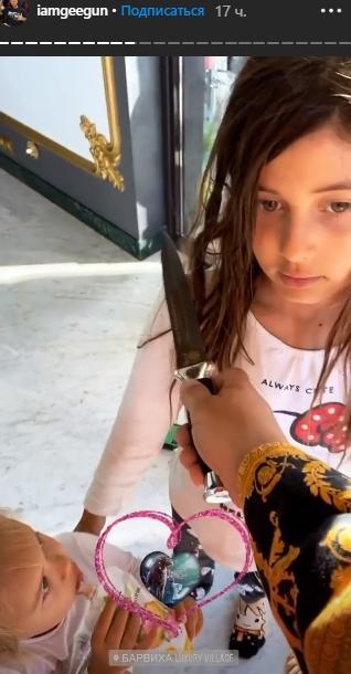 Джиган посвятил дочек в рыцари с ножом в руке