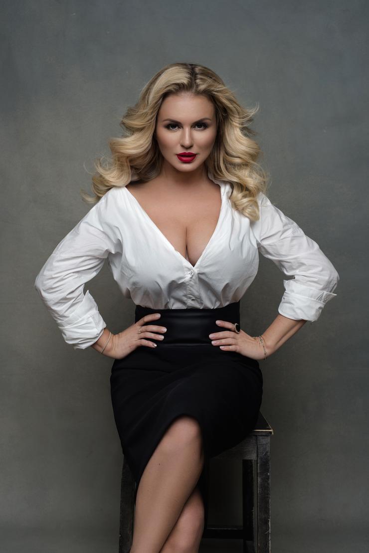 Анна Семенович: «В какой-то момент я начала комплексовать из-за большой  груди» - Спецпроекты - WomanHit.ru