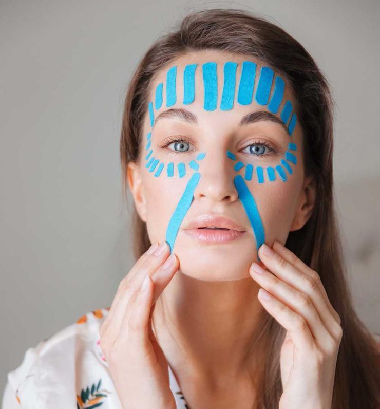 Стереть 10 лет с лица: как убрать морщины с помощью клейкой ленты