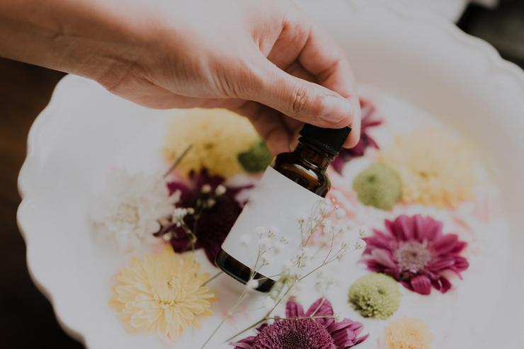 Ромашковое масло считается одним из лучших успокаивающих ароматерапевтических инструментов