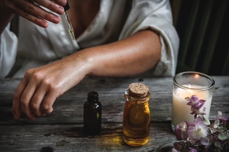 На кожу наносить можно только с добавлением базового масла