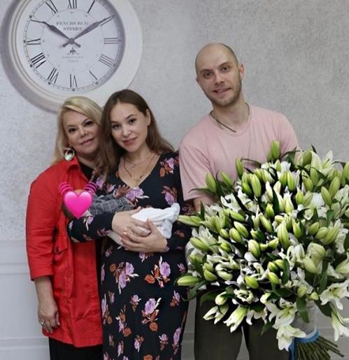 Поплавская забрала новорожденного внука из роддома