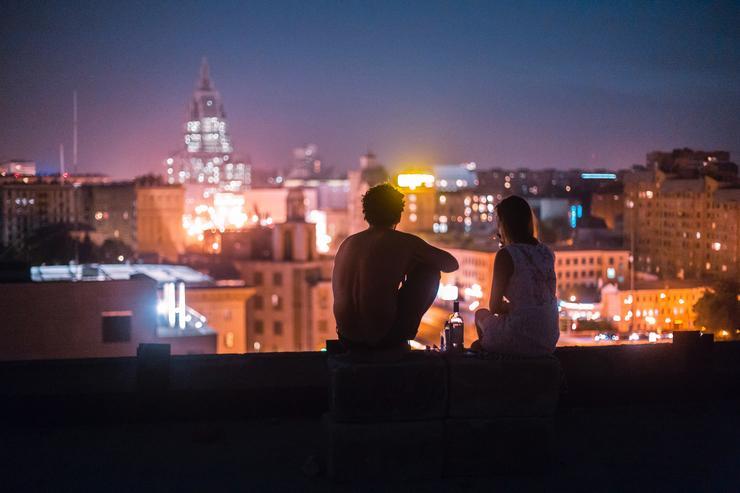 Свидание на крыше - это очень романтично