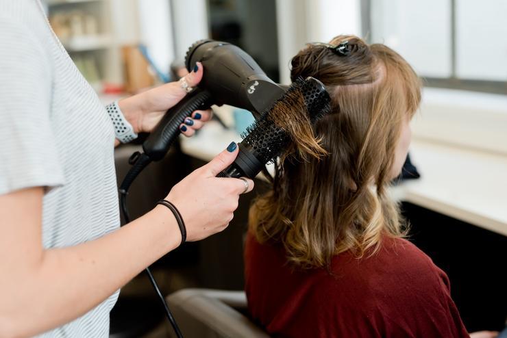 Сушите волосы феном: исследователи разрушили миф о вреде процедуры