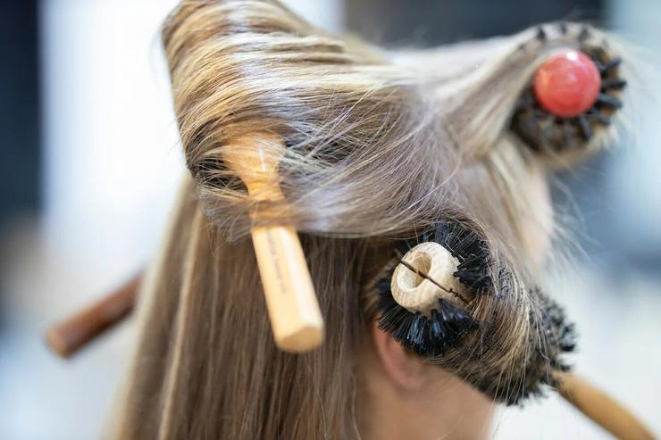 Мы наносим стайлинговый, прикорневой спрей для объема, опускаем голову вперед и тщательно просушиваем корни волос