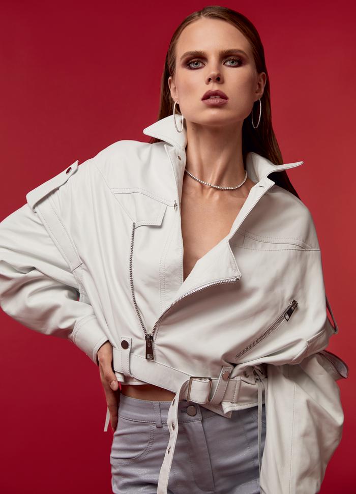 Куртка, manokhi; брюки, sorella; колье и серьги из коллекции Classic, все – Mercury