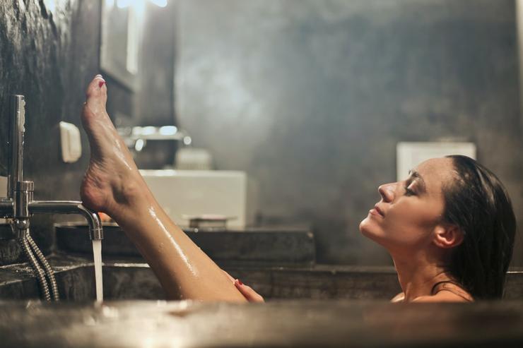 Купаться (не) запрещено: 3 рецепта звездных ванн с увлажняющим эффектом