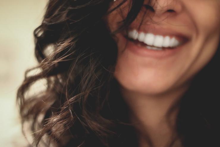 Осторожно, окрашено: как вернуть белизну зубам