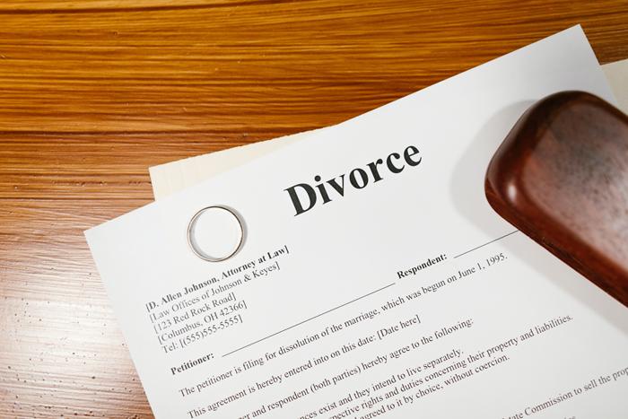 Раздел имущества при разводе, особенно если вы не можете прийти к консенсусу, лучше производить, привлекая квалифицированных юристов