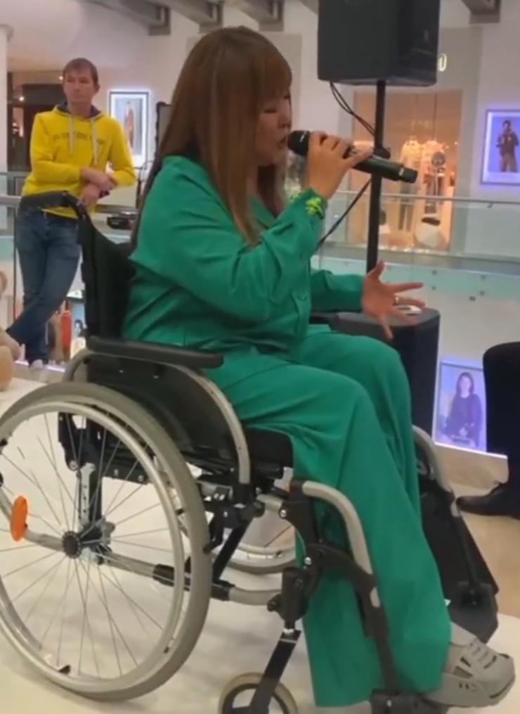 Анита Цой рискнула спеть в инвалидной коляске во время вручения премии