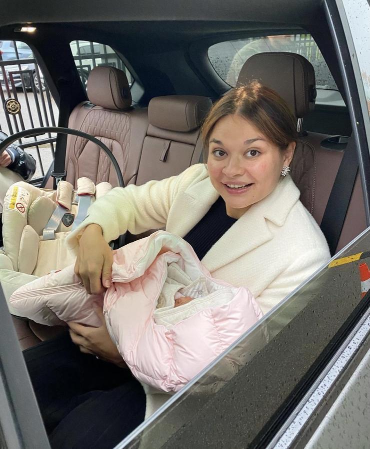 Ксения Шойгу вышла на работу спустя неделю после родов - Звезды