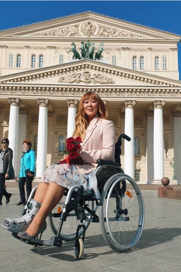 Анита Цой срочно лечит перелом: «Мне раздобыли уникальный аппарат за полмиллиона долларов» - Звезды