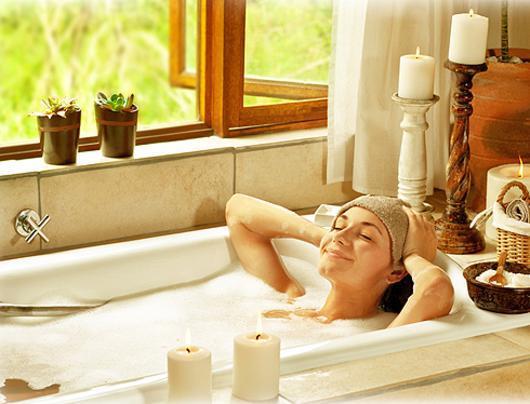 Женщина с мужчиной в купаются в ванной видео