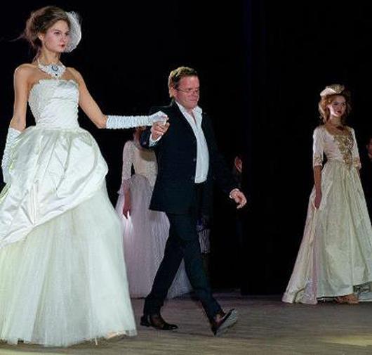 Он ей засунул руку под платье