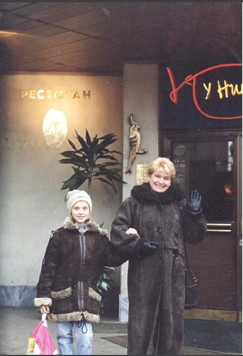 Кристина с мамой возле цирка на Цветном бульваре. Фото: социальные сети