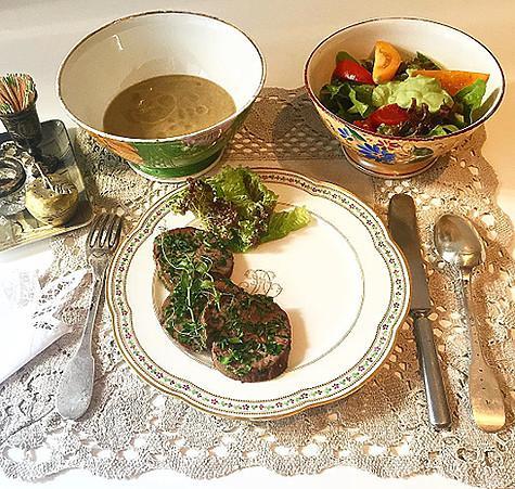 Поклонники телеведущей восхитились ее посудой. Фото: Instagram.com/evelinakhromtchenko.