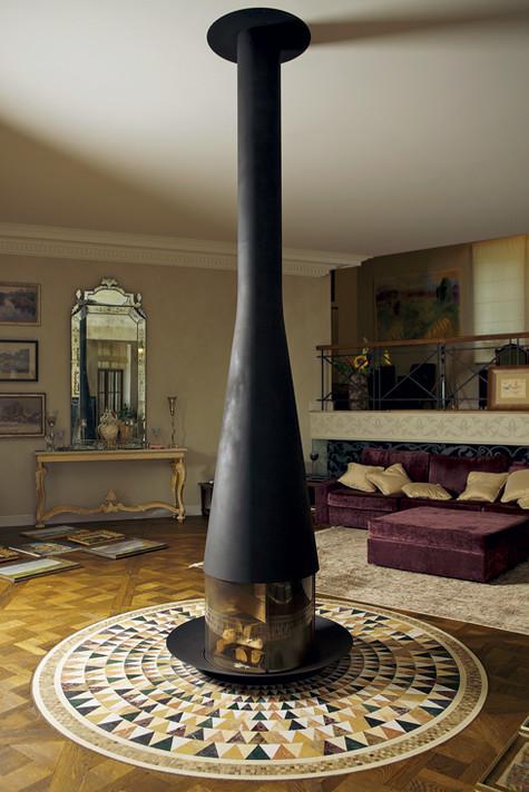 Черный камин расположился прямо посреди гостиной. Когда его зажигают, он согревает всю комнату. Фото: Сергей Козловский.