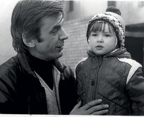 Аня с отцом. Девочка отняла у родных много сил и нервов. К примеру, до трех лет она почти не спала по ночам. Фото: личный архив Анны Тараторкиной.