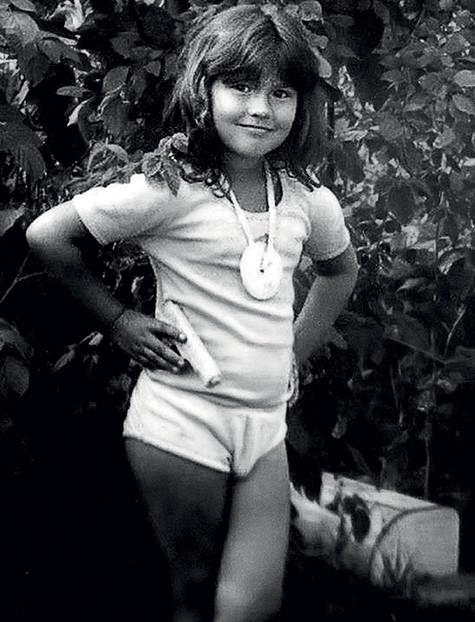 С такой прической маленький Бари действительно был похож на девочку. Фото: личный архив Бари Алибасова.