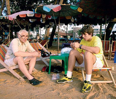 «После того как отец перестал вмешиваться в мою жизнь, у нас установились просто шикарные отношения». На отдыхе в Таиланде, 2001 год. Фото: личный архив Бари Алибасова.