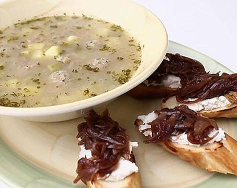Рассольник с фрикадельками и тостами с глазированным луком. Фото: материалы пресс-служб.