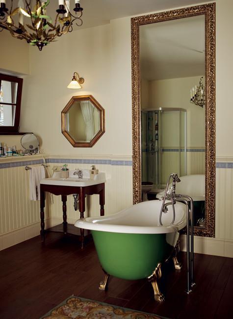 На свой 50-летний юбилей Антон выставил передвижную ванну на веранду и наполнил ее шампанским. Фото: Сергей Козловский.