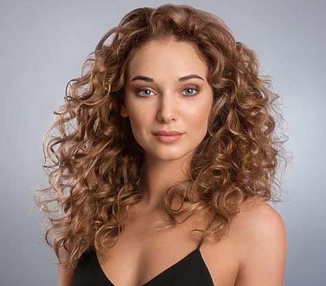 Помните, что если вы накручиваете волосы от <i>прически</i> самых корней, то это существенно укорачивает их длину. Фото: пресс-служба Scarlett.
