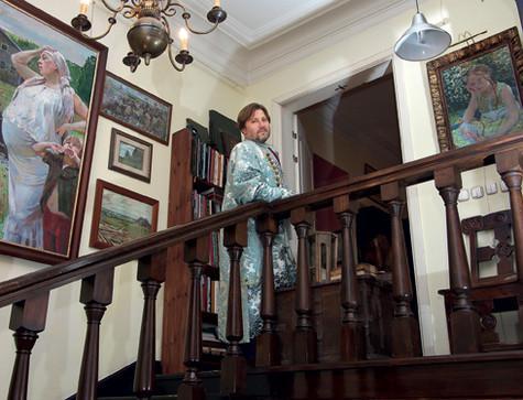 Стены мастерской украшены полотнами Ивана Глазунова. На большой картине изображена супруга художника. Она часто служит мужу моделью. Фото: Владимир Чистяков.