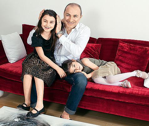 Младших дочек Эммануэль (слева) и Беату Михаил очень любит и балует. Фото: личный архив Михаила и Лианы Турецких.