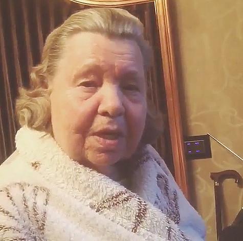 Бабушка певицы напомнила ей, что пристрастие к селфи врачи признали психическим заболеванием. Фото: Instagram.com/chistyakova_ionova.