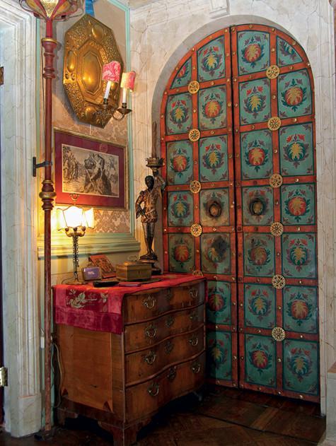 Замысловато расписанные двери скрывают приватную часть дома. Фото: Владимир Чистяков.