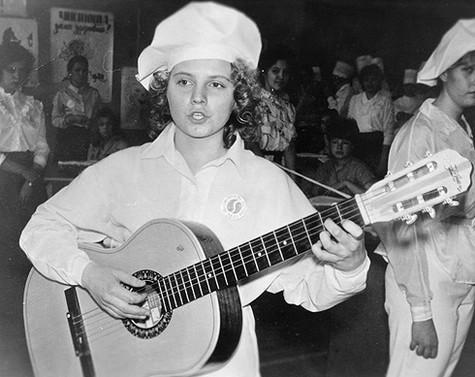 Уже в юном возрасте Света демонстрировала свои музыкальные способности. Фото: личный архив Светланы Сургановой.