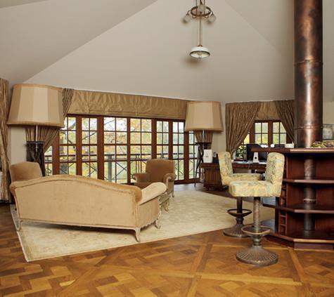 Дизайном дома хозяин занимался сам, хотя он и признает, что многое здесь не соответствует канонам стиля. Фото: Сергей Козловский.