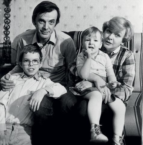 Актер с женой и детьми – Филиппом и Аней. Дети сплотили семью: до рождения сына супруги жили в разных городах. На то были веские причины. Фото: личный архив Анны Тараторкиной.