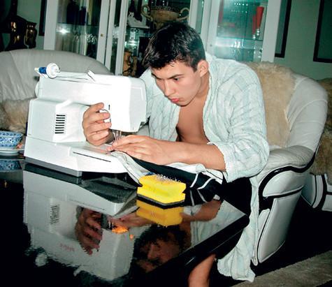 «Отец считал, что держит меня в строгости. Однажды за какой-то проступок он заставил меня шить самому себе одежду». Фото: личный архив Бари Алибасова.