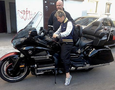 Во время поездки в Швейцарию Светлана решила освоить мотоцикл. Артистке понравилось. Фото: личный архив Светланы Сургановой.