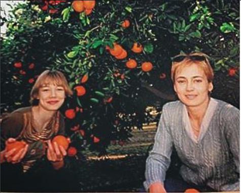 Оксана Акиньшина со своей мамой. Фото: социальные сети