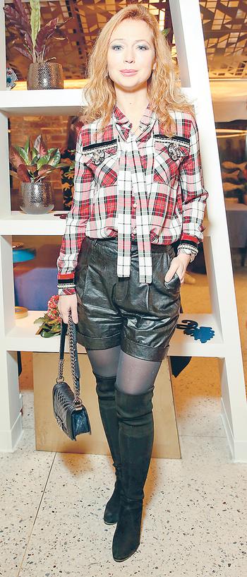 Елена Захарова зря надела кожаные шорты