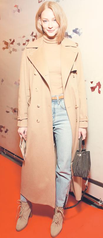 Светлана Ходченкова выбрала идеальное пальто-шинель