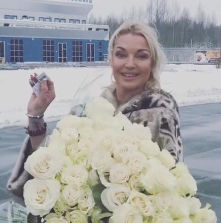 Волочкова приехала вПитер котцу-инвалиду