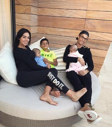 Избранница Роналду опубликовала фото новорожденной дочки